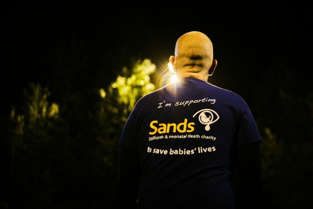 Sands United FC Ashby_man yn wynebu i ffwrdd_tshirt_night
